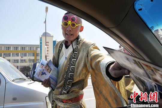 """邯郸""""穿越哥""""着古装车流中发小广告"""
