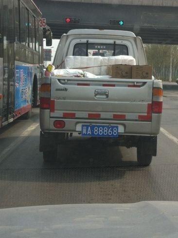 汽车号牌冀-河北-石家庄街头现皮卡配超牛车牌 冀A88868高清图片