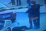 实拍小伙与六旬保安起冲突 假摔躺地1小时