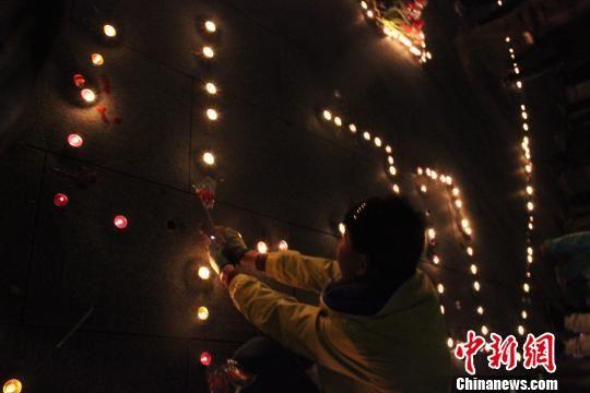 沧洲市民点燃一盏烛火,献上一株鲜花对遇难者寄托哀思。 陈昊 摄