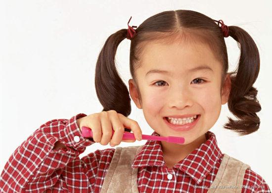 小孩子刷牙简笔画