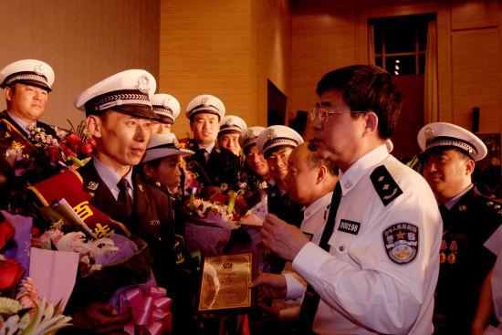 省公安厅交管局党委书记、局长兼高速交警总队长刘胜与获奖者亲切交谈