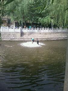 机器开动时,水面翻起白色的浪花