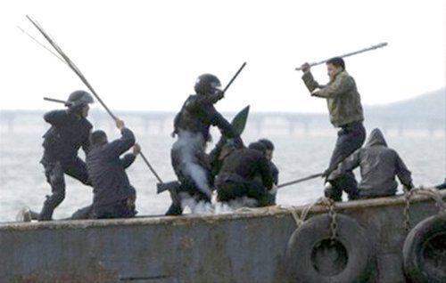 资料图:中国渔民与登船的韩国海警队员冲突