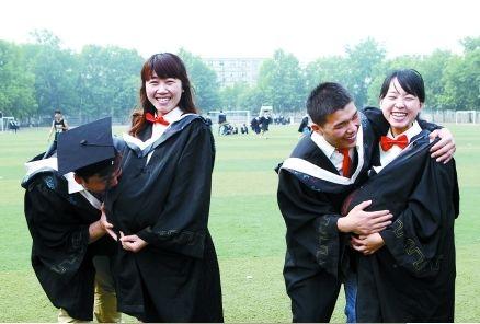 奇葩毕业照:大学情侣用篮球做大肚子约定造人