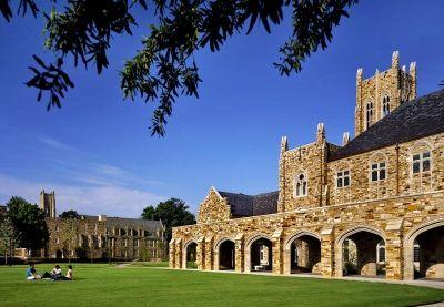 college拥有大片的的树林和哥特式石结构建筑,让人联想到英国牛津大学