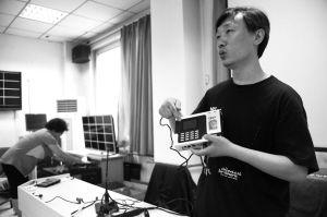 ■今年省会所有高考考点均配备了指纹识别仪。 本报记者 李志华 摄