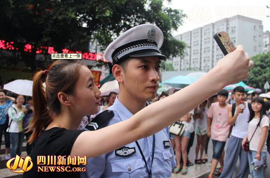 四川帅交警成红人数百人围观拍照