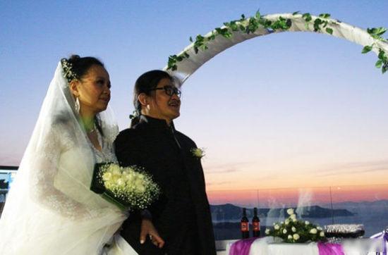 刘欢与爱妻卢璐在希腊办结婚25周年银婚典礼