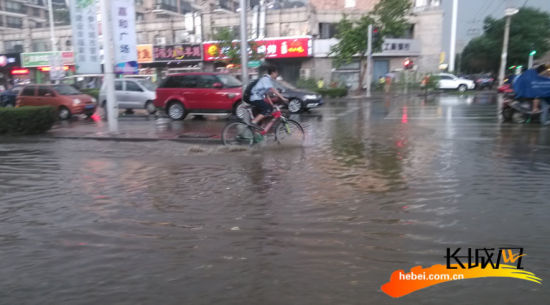 石家庄遭遇暴雨突袭 城区再现看海场景(组图)_新浪