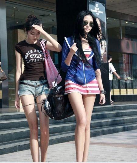 四川美女的夏天热辣不怕晒露背秀长腿
