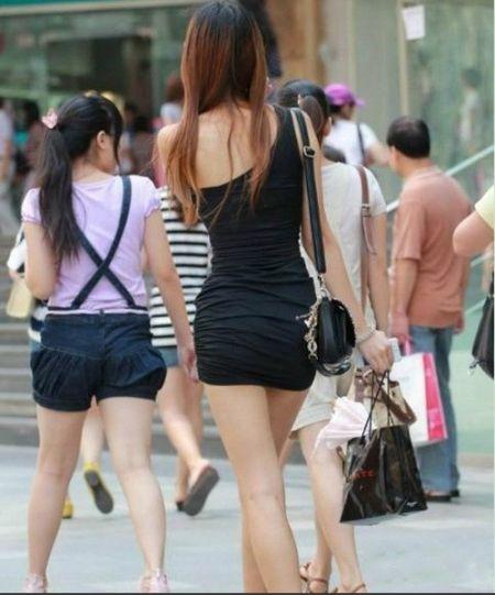 四川美女的夏天 热辣不怕晒露背秀长腿