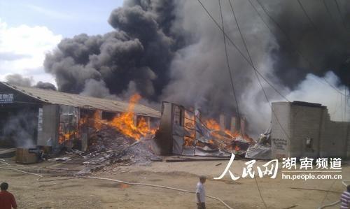 長沙火車南站附近的圣象地板倉庫發生火災