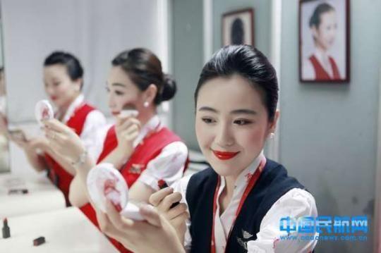 深航空姐啟用新妝容遭網友吐槽太驚悚