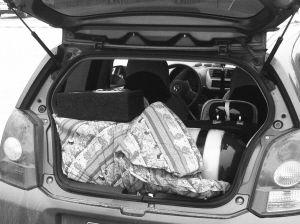 后备厢的被子底下藏着一个巨大的气罐。照片由高速交警提供