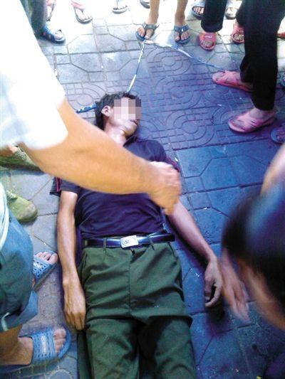 昨日,临武县县城,瓜农邓正加的尸体停放在事件发生的现场。死者家属供图