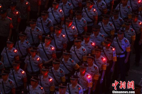 重慶首批警用肩燈帥氣亮相百米外也清晰可見