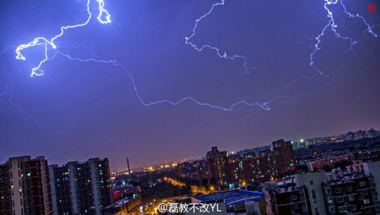 北京深夜遭雷雨閃電刺破長空絕美震撼