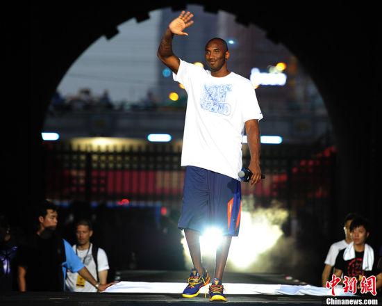 NBA巨星科比亮相西安號召青少年多運動(圖)