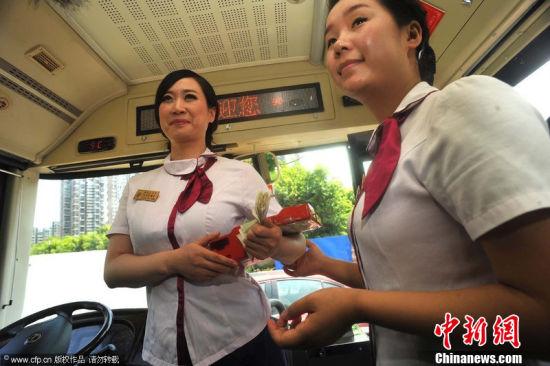 芙蓉姐姐自導自演微電影穿緊身制服做乘務員