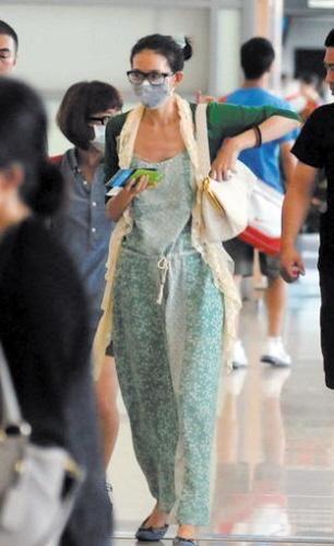 林志玲素颜现身机场 戴口罩黑框眼镜发卡扮嫩