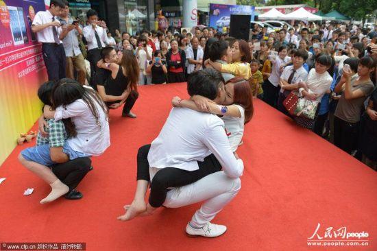 七夕親吻大賽街頭上演情侶挑戰高難度姿勢