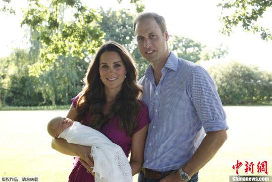 英公布威廉王子全家福照片小王子酣睡可愛