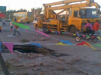 沧州市区一街道莫名塌陷,下方现黑漆漆空洞 高清图片