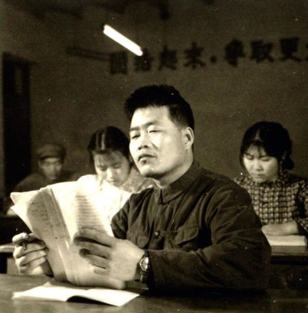 描述70年代工农兵大学生生活状况的老照片