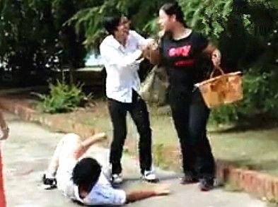 大学生拍抢包戏杀出女汉子怒抓抢匪 猛翻天