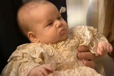 乔治小王子接受洗礼 穿小裙子出镜萌翻