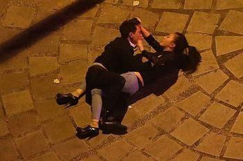成都情侣街头对打 女子将男友压倒在身下