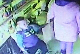 实拍妈妈教三岁幼子偷窃 配合默契手法惊人