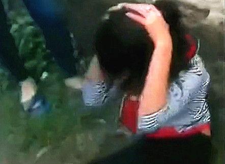 实拍女生遭围殴 扒光上衣踹脸揪头发