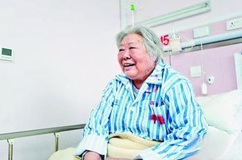 人民币女郎84岁梁军老人病重住院