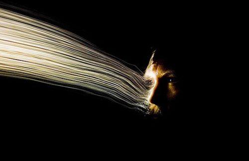摄影师用手电光纤创意自拍