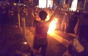 男子狂欢着火被误认表演 欢呼声中被烧死