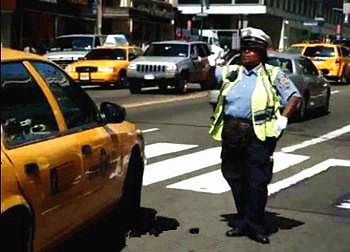 实拍纽约女交警跳舞指挥交通