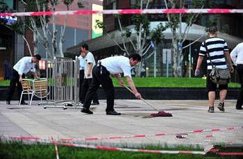 两女留学生当街被敲头 目前伤势危重