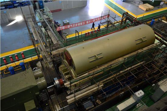 11月12日,核电半速1200兆瓦级汽轮发电机在哈电集团(秦皇岛)重型装备有限公司成功下线,这是我国在AP1000第三代技术上研发制造的首台核动力发电机。该产品的研制成功,标志我国已完全拥有独立自主制造第三代核岛超大型发电主机设备的能力。   目前,该设备已通过公司53项指标试验,不久将发往三门核电站装机使用。   三门核电站汽轮发电机组采用的AP1000技术,是目前世界上最先进的第三代核电制造技术。2008年初,哈电集团取得了日本三菱公司第三代压水堆AP1000核电常规岛汽轮发电机及辅助系统的技术转
