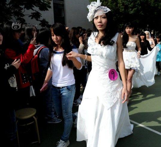 卫生纸婚纱无处不在 超市神创意pk武汉大学生