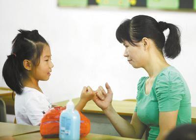 倾听孩子的心声   父母通过听孩子说话来了解他们的