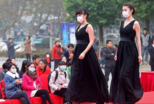 南京持续雾霾模特戴口罩走秀
