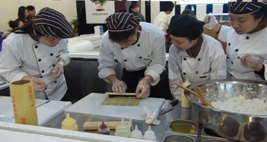 现场亲自体验做寿司