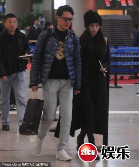 馮紹峰倪妮十指緊扣現身機場疑帶女友見家長