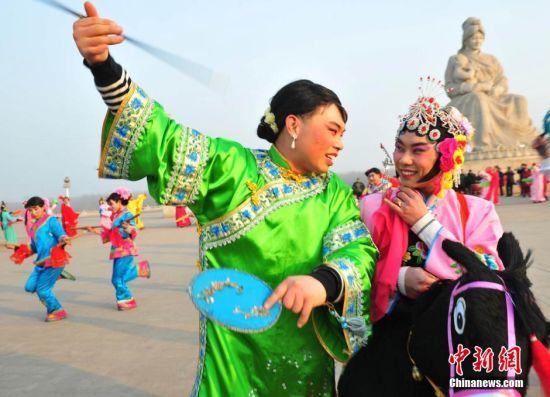 北千年民间歌舞地秧歌 男女互换角色酷似如花