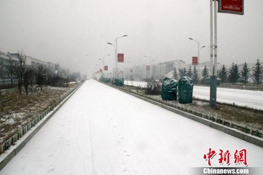 图为银装素裹的秦皇岛市街道