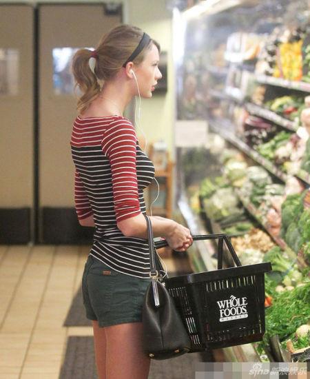 泰勒-斯威夫特變主婦超市買菜熱褲緊T秀身材