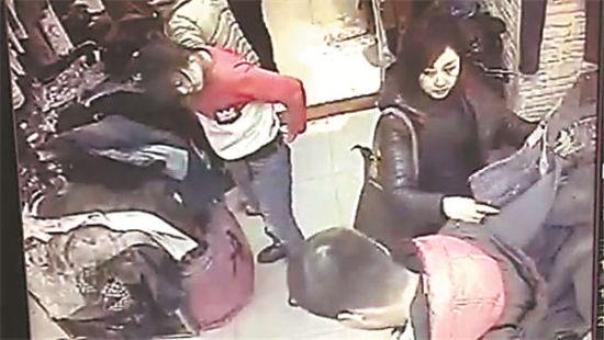 美女商场偷裤子被拍全程