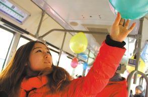 公交车上挂满灯笼气球引赞叹